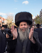 Le Sefer Torah est une copie manuscrite de la Torah, le livre le plus saint et r&eacute;v&eacute;r&eacute; du Juda&iuml;sme. &Eacute;crire un Sefer Torah est l'un des commandements prescrits dans le Juda&iuml;sme. <br /> Le don d'un nouveau Sefer Torah &agrave; la synagogue est souvent l'occasion d'une f&ecirc;te joyeuse avec chants, danses et pri&egrave;res.