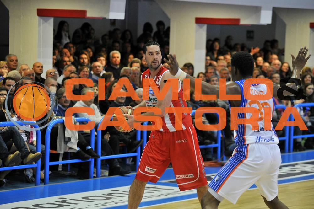 DESCRIZIONE : Brindisi Lega A 2010-11 Enel Brindisi  BancaTercas Teramo<br /> GIOCATORE : Josh Davis<br /> SQUADRA : BancaTercas Teramo<br /> EVENTO : Campionato Lega A 2010-2011 <br /> GARA : Enel Brindisi BancaTercas Teramo<br /> DATA : 16/04/2011<br /> CATEGORIA : palleggio<br /> SPORT : Pallacanestro <br /> AUTORE: Agenzia CiamilloCastoria/D.Tasco<br /> Galleria : Lega Basket A 2010-2011  <br /> Fotonotizia : Brindisi Lega A 2010-11 Enel Brindisi  BancaTercasTeramo<br /> Predefinita :