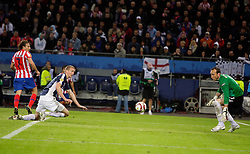 12.05.2010, Hamburg Arena, Hamburg, GER, UEFA Europa League Finale, Atletico Madrid vs Fulham FC, im Bild Atletic Madrid's Diego Forlan scores the winner and celebrates among the Fulham players dejection, EXPA Pictures © 2010, PhotoCredit: EXPA/ IPS/ Marcello Pozzetti / SPORTIDA PHOTO AGENCY