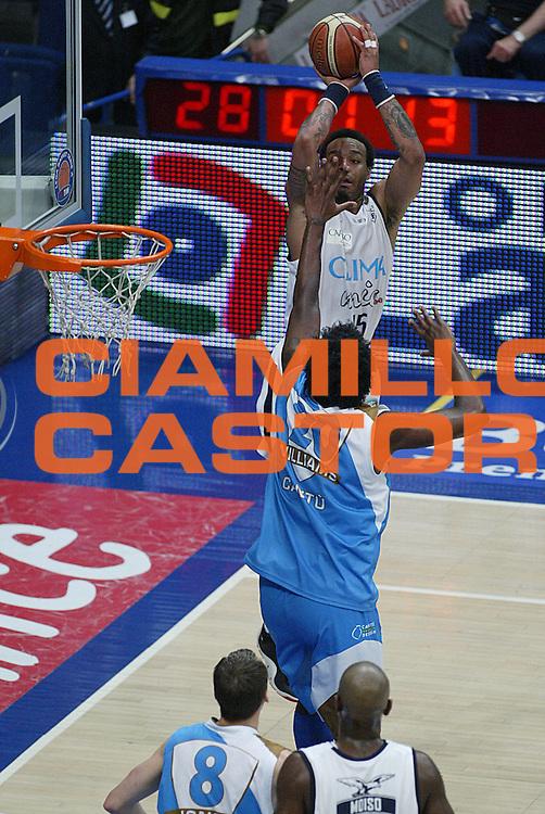 DESCRIZIONE : Bologna Lega A1 2006-07 Climamio Fortitudo Bologna Tisettanta Cantu<br /> GIOCATORE : Thomas<br /> SQUADRA : Climamio Fortitudo Bologna<br /> EVENTO : Campionato Lega A1 2006-2007<br /> GARA : Climamio Fortitudo Bologna Tisettanta Cantu<br /> DATA : 07/04/2007<br /> CATEGORIA : Tiro<br /> SPORT : Pallacanestro<br /> AUTORE : Agenzia Ciamillo-Castoria/M.Minarelli