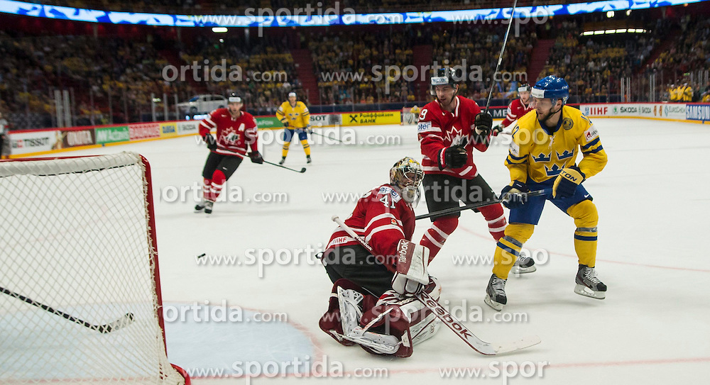 09.05.2013, Globe Arena, Stockholm, SWE, IIHF, Eishockey WM, Schweden vs Canada, im Bild Sverige Sweden 12 Fredrik Pettersson, Canada Kanada 41 Goaltender Mike Smith // during the IIHF Icehockey World Championship Game between Sweden and Canada at the Ericsson Globe, Stockholm, Sweden on 2013/05/09. EXPA Pictures © 2013, PhotoCredit: EXPA/ PicAgency Skycam/ Johan Andersson..***** ATTENTION - OUT OF SWE *****