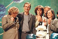 """23 JUN 2000, MUENSTER/GERMANY:<br /> Feiern Ihren Erfolg """"Eingetragene Partnerschaft"""" gleichgeschlechtlicher Partner mit einer Sahnetorte: Andrea Fischer, Volker Beck, Gunda Röstel, Jürgen Trittin, Kerstin Müller, während der Bundesdelegiertenkonferenz, Halle Münsterland<br /> IMAGE: 20000623-01/02-27<br /> KEYWORDS: Parteitag, Gunda Roestel, Kerstin Mueller"""