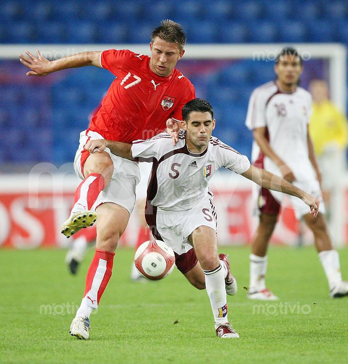 Fussball International Laenderspiel Oesterreich - Venezuela  Oesterreichs Bozo Kovacevic (l.) gegen Miguel Mea Vitali