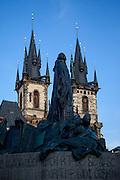 Das Jan Hus Denkmal am Altstaedter Ring mit der Teyn Kirche im Hintergrund.