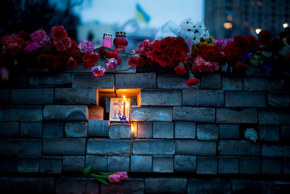 "An improvised memorial to the ""heroes of Maïdan"", covered with red roses, candles and a small orthodox icon, on the Independance Square, in Kiev."