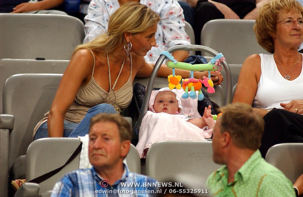 NLD/Amsterdam/20050729 - LG Amsterdam Tournament 2005, vrouw van Dennis Bergkamp, Henriette Bergkamp - Ruijzendaal en baby
