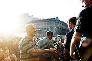 Budapest, Ungheria - Un migrante offre un fiore ad un poliziotto ungherese dopo lo sgombero della stazione ferroviaria di Budapest.<br /> Ph. Roberto Salomone