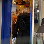 NLD/Bussum/20060104 - Bartina Koeman winkelend in Bussum met een Chanel tas, lange jas, laarzen, koud, tasje,