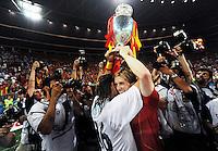 FUSSBALL EUROPAMEISTERSCHAFT 2008 FINALE Deutschland - Spanien    29.06.2008 Fernando TORRES (r) und Sergio RAMOS (ESP) jubeln mit dem Pokal umringt von Fotografen.
