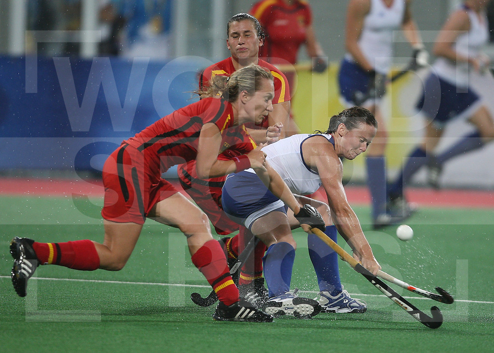 ..Great Britains Sarah thomas (R) keeps her German opponents at bay,  Great Britain V Germany at Beijing Olympic Green Hockey Stadium  ..Photo: Grant Treeby/WSP    10-8-08
