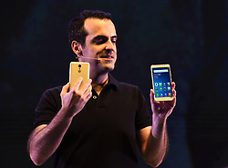 Vice President of Xiaomi International Hugo Barra demonstrates the Redmi Note 3 cellphone during its launch ceremony in New Delhi, capital of India, March 3, 2016. Chinese smartphone maker Xiaomi launched the specialized model equipped with Qualcomm Snapdragon 650 processor for India here on Thursday. EXPA Pictures © 2016, PhotoCredit: EXPA/ Photoshot/ Bi Xiaoyang<br />