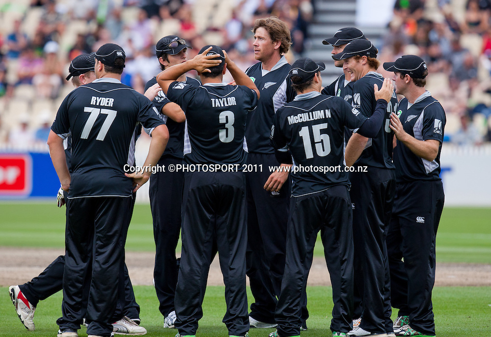 Jacob Oram and team celebrate the wicket of Shahid Afridi c MJ Guptill b JDP Oram during the 5th ODI, Black Caps v Pakistan, One Day International Cricket at Seddon Park, Hamilton, New Zealand. Thursday 3 February 2011. Photo: Stephen Barker/PHOTOSPORT
