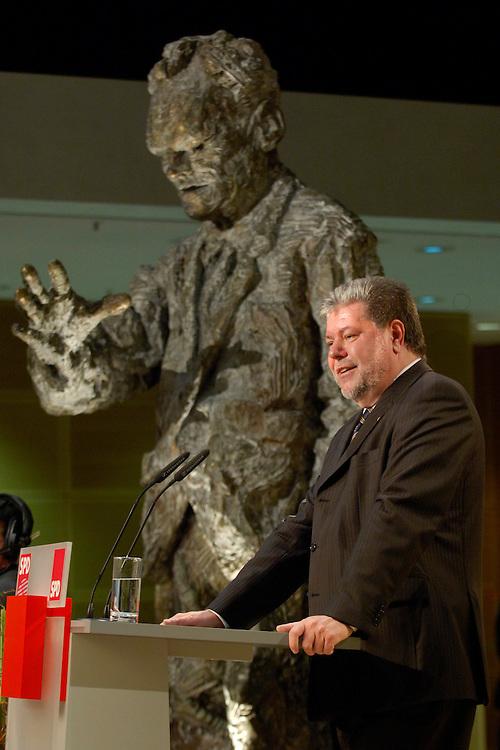 16 FEB 2006, BERLIN/GERMANY:<br /> Kurt Beck, SPD, Ministerpraesident Rheinland-Pfalz, haelt eine Rede, Empfang zum 80. Geburtstag von Hans-Jochen V ogel, Willy-Brandt-Haus<br /> IMAGE: 20060216-02-077<br /> KEYWORDS: Geburtstagsempfang, speech