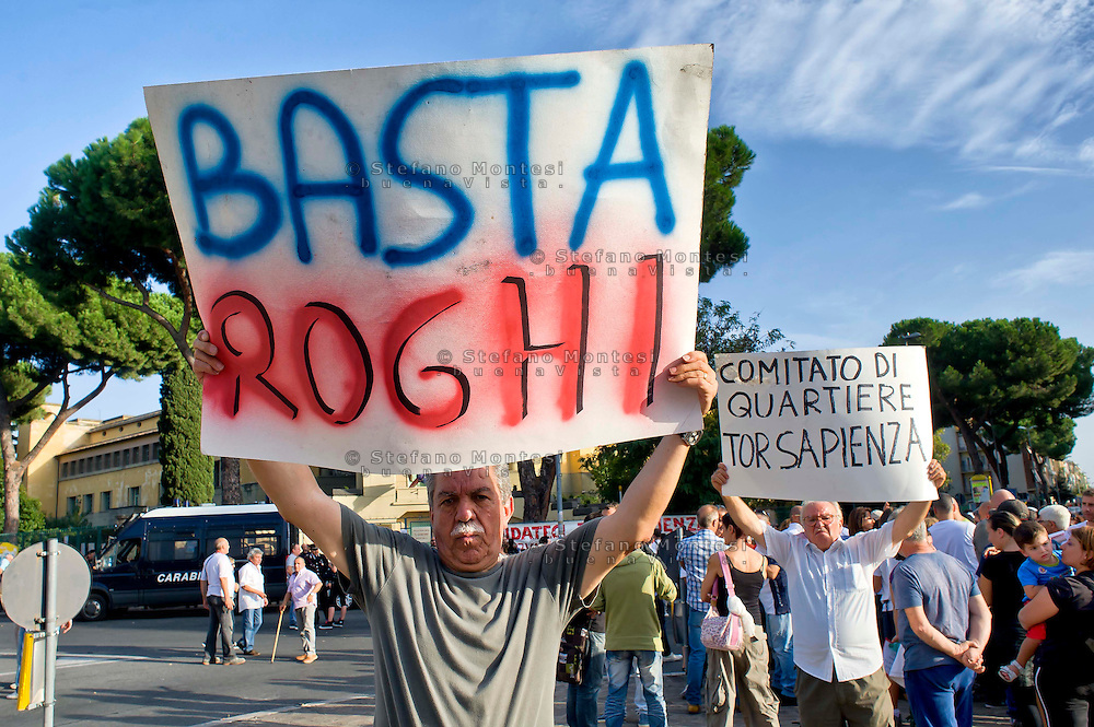 Roma 11 Ottobre 2014<br /> Manifestazione degli abitanti del quartiere Tor Sapienza, per protestare contro l'illegalità, i roghi tossici,i campi rom,  i nuovi centri di accoglienza per immigrati, la prostituzione e ogni altra forma di degrado.<br /> Rome October 11, 2014 <br /> Demostration of the inhabitants of the neighborhood Tor Sapienza to  protest against the lawlessness, the burnings toxic, Roma camps, the new reception centers for immigrants, prostitution and other forms of degradation.
