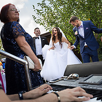 Mireasa danseaza alaturi de mire in ziua nuntii, acasa, alaturi de nasi. Fotograf de nunta Timisoara