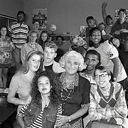 """NLD/Huizen/19920708 - School de Gemeenlanden Huizen TV opname voor de serie """"Uit de school geklapt"""" met Nelly Frijda"""