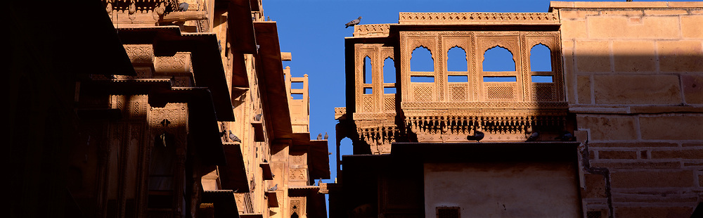 Pat Won Ki Haveli Jaisalmer, buildings and archways, 23 pigeons