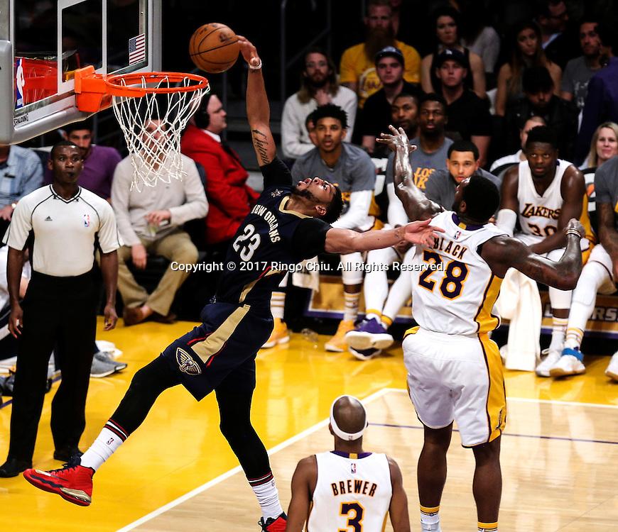 3月5日,新奥尔良鹈鹕队球员安东尼-戴维斯(左)在比賽中扣篮。 当日,在2016-2017赛季NBA常规赛中,洛杉矶湖人队主场以97比105不敌新奥尔良鹈鹕队。 新华社发 (赵汉荣摄)New Orleans Pelicans defeats Los Angeles Lakers 97-105 during an NBA basketball game Tuesday, March 5, 2017, in Los Angeles. (Photo by Ringo Chiu/PHOTOFORMULA.com)<br /> <br /> Usage Notes: This content is intended for editorial use only. For other uses, additional clearances may be required.