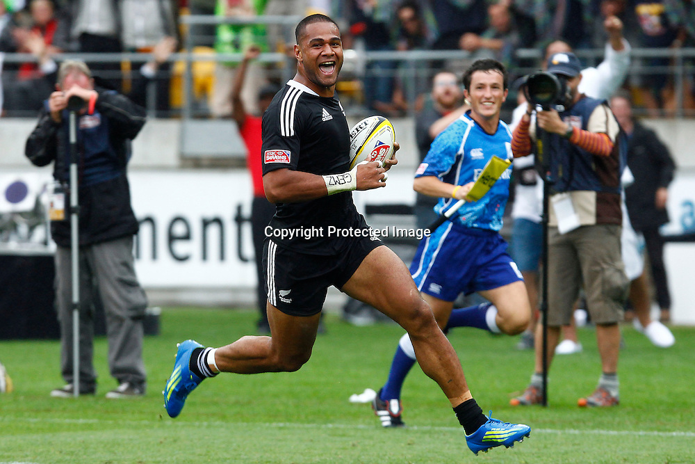 Frank Halai runs in a try during extra time. Hertz Wellington Sevens - Day two at Westpac Stadium, Wellington, New Zealand on Saturday, 4 February 2012. Photo: Ella Brockelsby / photosport.co.nz