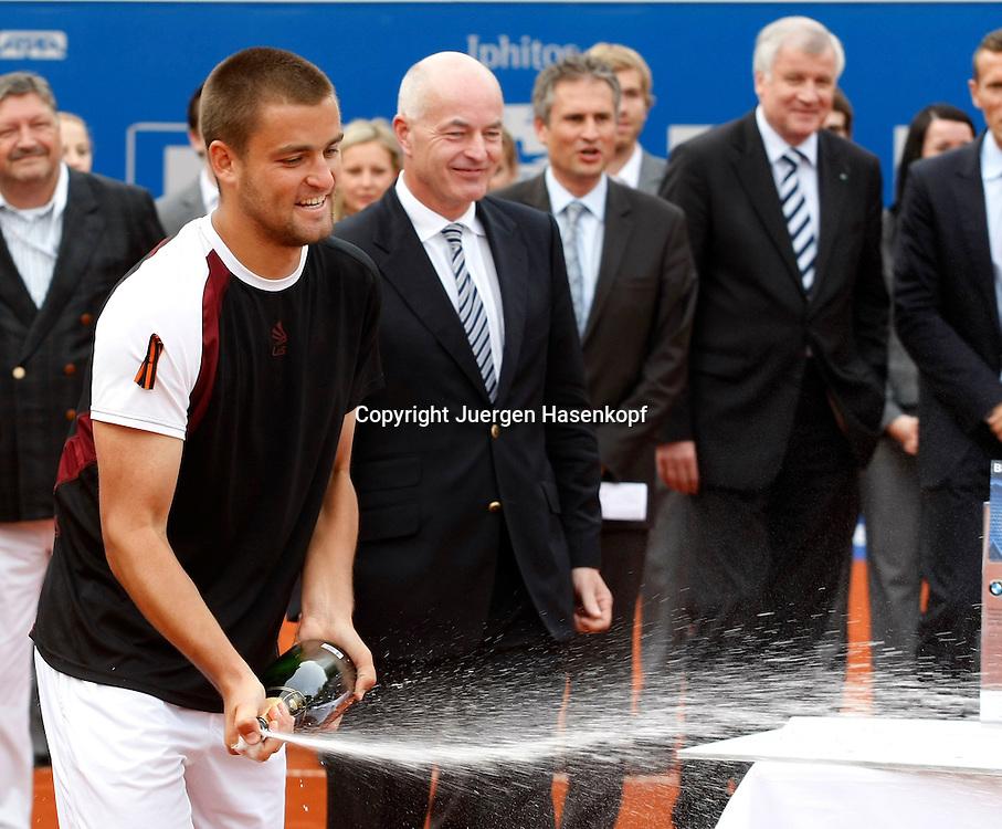 BMW Open 2010, Muenchen, Sport, Tennis,  International Series ATP  Tournament,.Finale ,Siegerehrung,Sieger Mikhail Youzhny (RUS) spritzt Champagner auf sein gewonnenes Auto ,..Foto: Juergen Hasenkopf