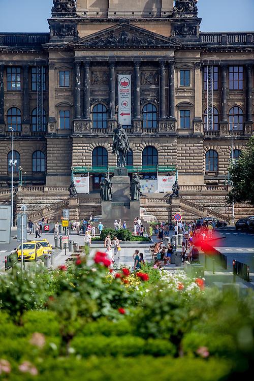Der obere Teil des Prager Wenzelsplatz mit dem Nationalmuseum im Hintergrund.