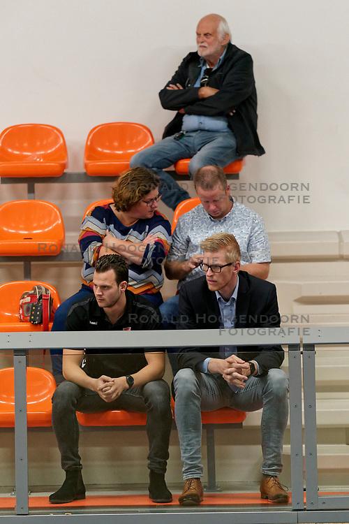 26-10-2019 NED: Talentteam Papendal - Sliedrecht Sport, Ede<br /> Round 4 of Eredivisie volleyball - Support, Freek de Weijer #8 of Dynamo, Michiel van Dorsten
