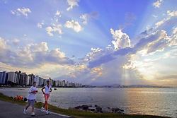 A avenida Beiramar Norte, zona nobre da ilha de Florianópolis conduz as praias  da área norte. A capital de Santa Catarina, anteriormente conhecida como Nossa Senhora do Desterro possui clima ameno, uma área de 436,5 Km2 e 360 mil habitantes. FOTO: Jefferson Bernardes/Preview.com