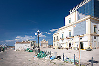 Banchina del Porto peschercci di Gallipoli (LE), con la piccola chiesetta di Santa Cristina e la fontana greca. Un cartello della capitaneria di porto avverte che è vietato abbandonare rifiuti nell'area, in special modo olii esausti provenienti dai motori dei pescherecci.