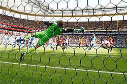09.05.2015, Commerzbank Arena, Frankfurt, GER, 1. FBL, Eintracht Frankfurt vs 1899 Hoffenheim, 32. Runde, im Bild TOR: Bastian Oczipka (Frankfurt) trifft zum 1:0, keine Abwehrchance fuer Torwart Oliver Baumann (Hoffenheim) // during the German Bundesliga 32nd round match between Eintracht Frankfurt vs 1899 Hoffenheim at the Commerzbank Arena in Frankfurt, Germany on 2015/05/09. EXPA Pictures &copy; 2015, PhotoCredit: EXPA/ Eibner-Pressefoto/ Reinhard Roskaritz<br /> <br /> *****ATTENTION - OUT of GER*****