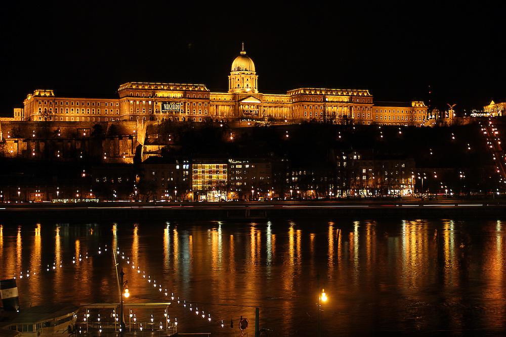 At the banks of Donau, from the Pest side with views of the Buda Castle which is located on the Buda side - Ved Donaus bredder, fra Pest-siden med utsikt mot Buda-slottet som ligger på Buda-siden......