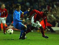 Fotball. Treningskamp. Landskamp.<br /> England v Italia, Elland Road, 27.03.2002.<br /> Darius Vassell, England og Aston Villa. Fabio Cannavaro, Italia og Parma.<br /> Foto: Robin Parker, Digitalsport