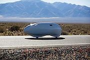 Larry Lem in de Beagle. In Battle Mountain (Nevada) wordt ieder jaar de World Human Powered Speed Challenge gehouden. Tijdens deze wedstrijd wordt geprobeerd zo hard mogelijk te fietsen op pure menskracht. Ze halen snelheden tot 133 km/h. De deelnemers bestaan zowel uit teams van universiteiten als uit hobbyisten. Met de gestroomlijnde fietsen willen ze laten zien wat mogelijk is met menskracht. De speciale ligfietsen kunnen gezien worden als de Formule 1 van het fietsen. De kennis die wordt opgedaan wordt ook gebruikt om duurzaam vervoer verder te ontwikkelen.<br /> <br /> Larry Lem in the Beagle. In Battle Mountain (Nevada) each year the World Human Powered Speed ​​Challenge is held. During this race they try to ride on pure manpower as hard as possible. Speeds up to 133 km/h are reached. The participants consist of both teams from universities and from hobbyists. With the sleek bikes they want to show what is possible with human power. The special recumbent bicycles can be seen as the Formula 1 of the bicycle. The knowledge gained is also used to develop sustainable transport.