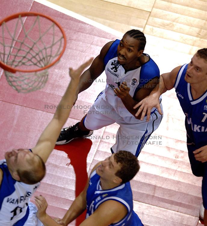 06-09-2006 BASKETBAL: NEDERLAND - SLOWAKIJE: GRONINGEN<br /> De basketballers hebben ook de tweede wedstrijd in de kwalificatiereeks voor het Europees kampioenschap in winst omgezet. In Groningen werd een overwinning geboekt op Slowakije: 71-63 / Terrance Herbert<br /> &copy;2006-WWW.FOTOHOOGENDOORN.NL