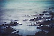 Wasserbewegung an der Lavafelsküste bei Puerto Naos, La Palma, Spanien - Langeitaufnahme