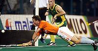 WK Hockey. halve finale. Nederland-Australie 1-4. Menno Booij redt nog enigszins de eer door te scoren . De Australier Aaron Hopkins kijkt toe.