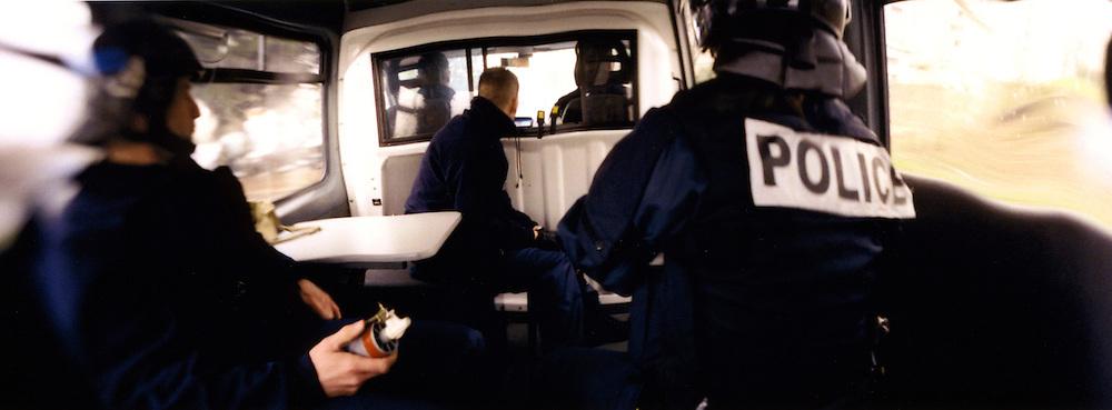 Membres du GAT, en patrouille quotidienne dans la cit&eacute; des Tarter&ecirc;ts.<br /> <br /> Members of the GAT, during their daily patrol in the Tarter&ecirc;ts neighborhood.