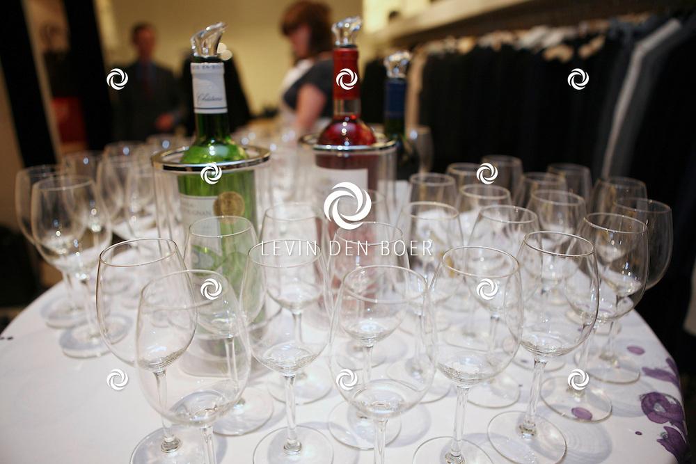 AMSTERDAM - In de PC Hooftstraat bij de bekende winkel OGER werd een Dress en Drinks evenement gehouden. De nieuwste collectie van Oger werd gepresenteerd en gelijk ook de daarbij behorende Chateau wijnen. FOTO LEVIN DEN BOER - PERSFOTO.NU