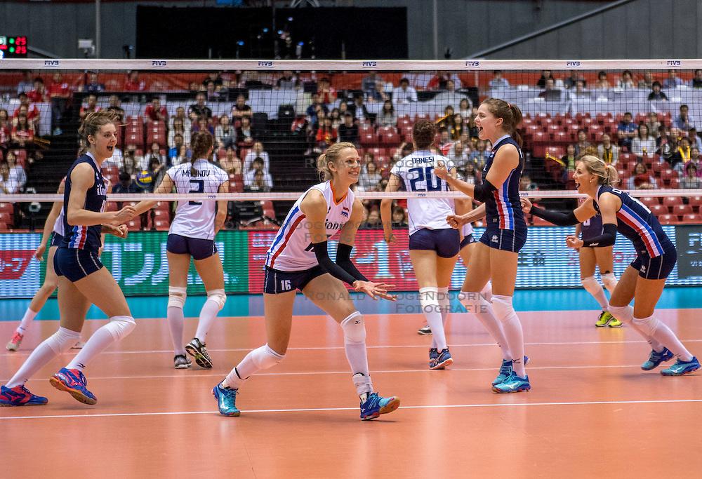 20-05-2016 JAP: OKT Italie - Nederland, Tokio<br /> De Nederlandse volleybalsters hebben een klinkende 3-0 overwinning geboekt op Italië, dat bij het OKT in Japan nog ongeslagen was. Het met veel zelfvertrouwen spelende Oranje zegevierde met 25-21, 25-21 en 25-14 Anne Buijs #11, Debby Stam-Pilon #16, Yvon Belien #3, Laura Dijkema #14