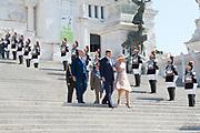 Staatsbezoek van Koning en Koningin aan de Republiek Italie - dag 1 - Rome /// State visit of King and Queen to the Republic of Italy - Day 1 - Rome<br /> <br /> Op de foto / On the photo:Koning Willem-Alexander en Koningin Maxima leggen een krans bij Altare della Patria (Altaar van het Vaderland) <br /> <br /> King Willem-Alexander and Queen Maxima put a wreath at Altare della Patria (Altar of the Fatherland)