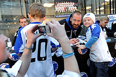 20110219 FC København players write autographs