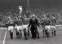Fotball<br /> Lagbilde Manchester United<br /> Foto: Colorsport/Digitalsport<br /> NORWAY ONLY<br /> <br /> United team lap of honor. Bill Foulkes - Manchester United,holds aloft the League Championship Trophy with Manager Matt Busby by his side. L to R. Charlton,Shay Brennan,John Aston,Foulkes,Best (behind),Alex Stepney,Busby,Paddy Crerand,Denis Law,Tony Dunne and Jim Ryan.Manchester United v Stoke City 13/5/67. 1966/67 season.