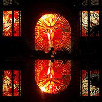 """Toluca, Méx.- Este dia entro oficialmente la primavera y se pudo obervar, como esta disenado durante el equinoccio, la entrada del sol por la puerta principal del jardin botanico del Cosmovitral iluminando en plenitud el vitral del hombre sol que a la vez se observa reflejado en la fuente central; el efecto es denominado """"El sol en el sol"""". Agencia MVT / Mario Vazquez de la Torre."""