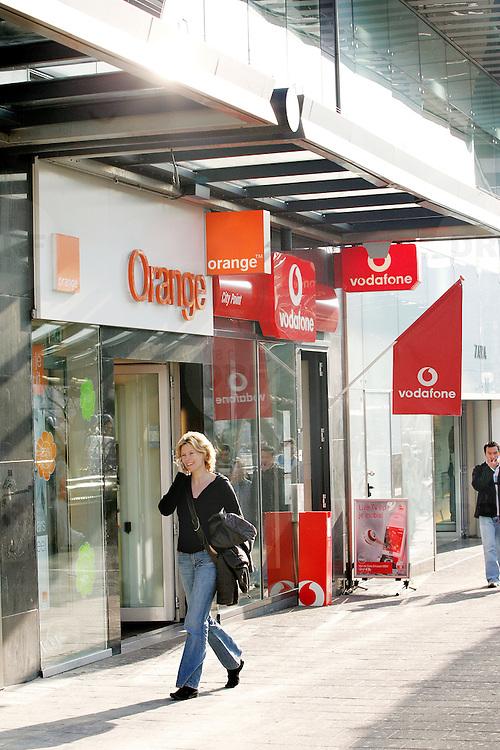 Nederland Rotterdam 7 juni 2007 ..Het Duitse telecombedrijf Deutsche Telekom ag neemt Orange Nederland over van France Telecom. Op zijn beurt verkoopt Deutsche Telekom zijn Spaanse activiteiten Ya.com aan France Telecom. Dit maakt het Duitse telecombedrijf woensdagavond bekend..Orange Nederland heeft zijn ondernemingsraad om advies gevraagd over de verkoop, aldus een zegsvrouw van France Telecom woensdag. De overeenkomst moet nog goedgekeurd worden door de ondernemingsraad van Orange Nederland en Europese toezichthouders..Zegsvrouw van Orange Nederland liet weten dat de voorzitter van de ondernemingsraad niet beschikbaar was voor commentaar. De ondernemingsraad zal zich niet verzetten tegen de overname, zegt een persoon bekend met de situatie..Voor overname van Orange Nederland legt Deutsche Telekom EUR1,3 miljard op tafel, aldus een persoon bekend met de situatie..range is de kleinste mobiele aanbieder van Nederland, met een geschat marktaandeel van 8%, zeggen analisten. Koninklijke KPN nv is marktleider met een marktaandeel van bijna 50%, gevolgd door Vodafone Group plc en T-Mobile..Eerder dit jaar zei Orange ongeveer 1,9 miljoen mobiele klanten te hebben in Nederland, en 612.000 internetgebruikers...Foto David Rozing