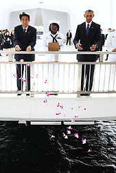 US-Präsident Barack Obama und Japans Premier Shinzo Abe beim Gedenken an die Opfer des japanischen Angriffs auf Pearl Harbor vor 75 Jahren / 271216<br /> <br /> <br /> <br /> ***Japanese Prime Minister Shinzo Abe (L) and U.S. President Barack Obama release flower petals into the sea at the USS Arizona Memorial at Pearl Harbor in Hawaii on Dec. 27, 2016, to commemorate those who died in the Japanese surprise attack in 1941.***