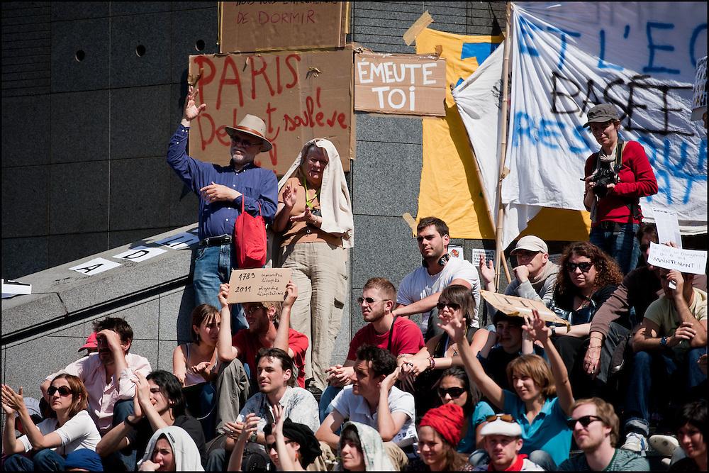 Lors de l'assemblee democratique ou chacun peut prendre la parole et faire des propositions qui seront adopté ou non une fois voté en commissions. Les votes sont effectues a mains levees.  Rassemblement d'un millier de personne en soutien aux mouvement des indignados en Espagne, Non violent et fonctionnant de façon democratique le mouvement tente de rester dormir sur la place de la Bastille mais les forces de polices les évacuent en debut de soiree - Place de la Bastille à Paris le 29 Mai 2011. ©Benjamin Girette/IP3Press