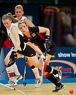 Nicky O'donnell de la Bowdown Hightown, incearca sa inscrie de langa Emma Thomson de la Reading in finala impotriva, din cadrul Super Sixes Finals la hockey in sala, duminica, 30 ianuarie 2011. Bowdown Hightown a castigat dupa penaltiuri cu scorul 14-13 (5-5 dupa timpul regulamentar). BOGDAN MARAN / MMEDIAFAX FOTO