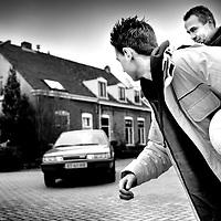 Nederland. Breda. 23 maart 2001..Kind met Gilles de la Tourette gedrag heeft de neiging om bijv. de straat over te steken wanneer er juist een auto aankomt. Bepaalde dwangmatige handeling. Als ouder weet je dat het kind uiteindelijk niet zal oversteken, maar houdt het wel in de gaten. Ziekte.