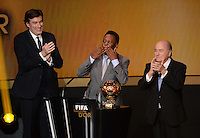 Fussball International  FIFA Ballon d Or   13.01.2014 Ehrenpreis des FIFA Ballon d Or 2013 fuer Pele (Mitte, Brasilien) mit FIFA Praesident Joseph S. Blatter (re, Schweiz) und Francois Moriniere (li, ASO Gruppe / L Equipe) und