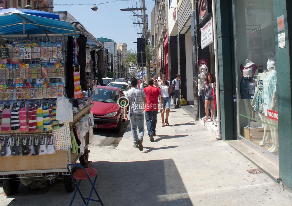 Comercio de rua na Jose Paulino no bairro Bom Retiro./Jose Paulino street shops in the neighborhood Bom Retiro. Foto Adri Felden/Argosfoto