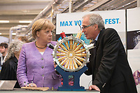 """19 SEP 2012, HAMBURG/GERMANY:<br /> Angela Merkel (L), Bundeskanzlerin, und Helmut Dosch (R), Vorsitzender DESY-Direktorium, besichtigen die PETRA III Experimentierhalle, Max von Laue-Fest """"Vorstoß in den Nanokosmos - Von Max Laue zu PETRA III"""" mit Taufakt der PETRA III-Experimentierhalle """"Max von Laue"""", mit Deutsches-Elektronen-Synchrotron, DESY<br /> IMAGE: 20120919-01-045"""